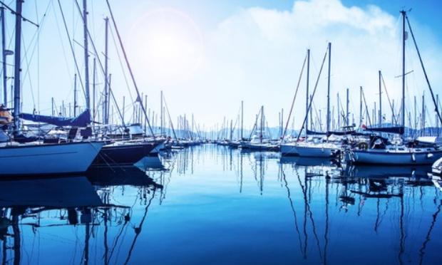 Une place de parking sur le port de Cannes Marina = propriétaire d'un bateau et d'un macaron. Stop aux stationnements illégaux