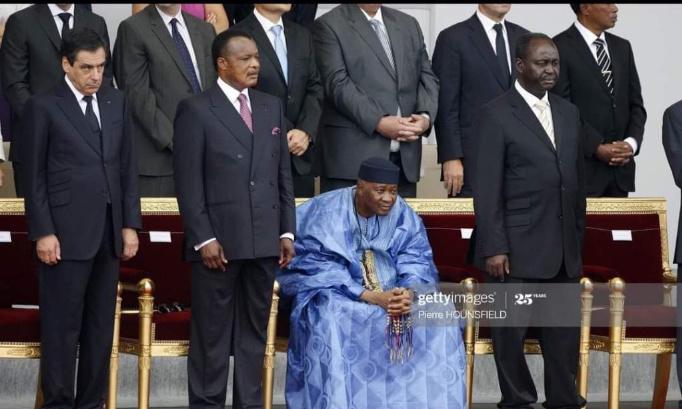Hommage natkonal: expose le corps du President a la place publique pour les anomymes....