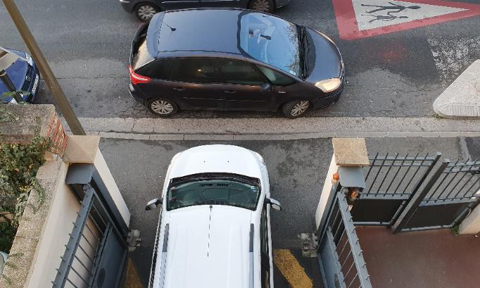 Installation de plots devant la sortie du parking pour empêcher le stationnement abusif