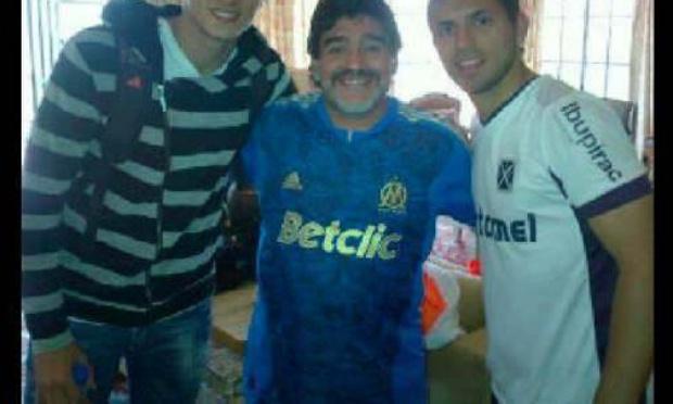 Nous souhaitons que le club Olympique de Marseille imprime un maillot de l'année 1989 floqué au nom de Maradona.