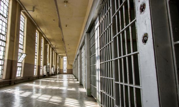 Prison : enlever la séparation de plexiglas