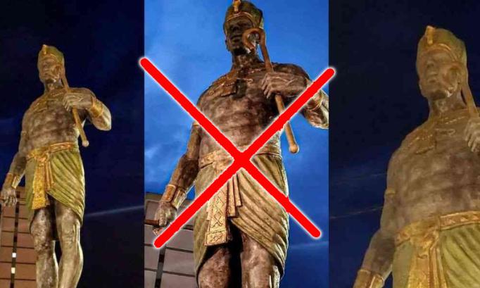 Contre la statue du Pharaon Chachnaq à Tizi Ouzou