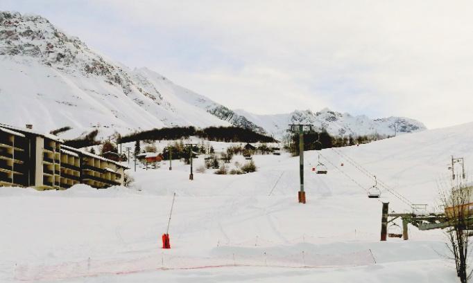 Albiez montrond. La Vernette des skieurs contraints de déchausser pourrejoindre une autre piste et ainsi obligés de traverser skis sur l'épaule une route départementale plus que fréquentée en période hivernale.