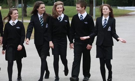 Le port obligatoire de l'uniforme pour limiter le harcèlement à l'école