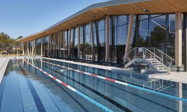 Accés au bassin de 50m exterieur de la piscine de Venelles