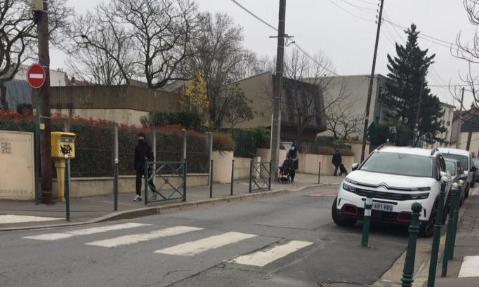 ASVP ou feu rouge devant l'école maternelle Charles Perrault