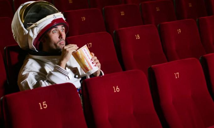 Sauver les salles de cinéma: élargir l'autorisation de diffusion aux séries et autres shows/spectacles TV
