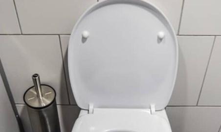 Interdisons ensemble l'eau potable dans les toilettes pour les hommes
