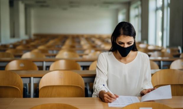 Que les examens de fin d'années pour les étudiantes et étudiants se déroulent sur leur lieu d'études.