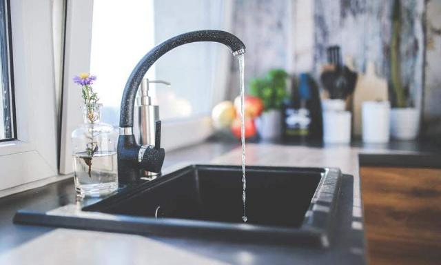 De l'eau en bouteille pour les habitants de Saint-Leu touchés par la non potabilité de l'eau. Une baisse des factures de l'eau impropre.