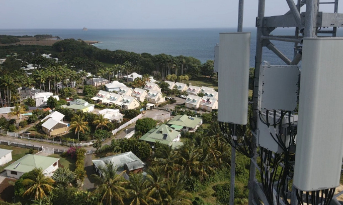 Contre l'antenne de 45m de haut au cœur des habitations et à proximités de sites protégés en Guadeloupe