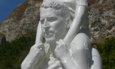 Pour que la statue l'homme et l'enfant revienne au bout du monde .