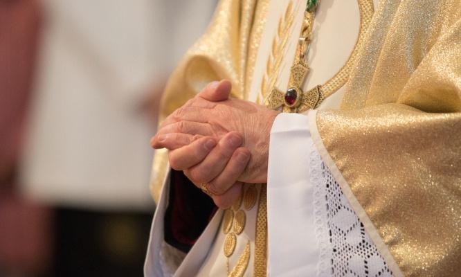 Autoriser les hommes mariés à devenir prêtres.