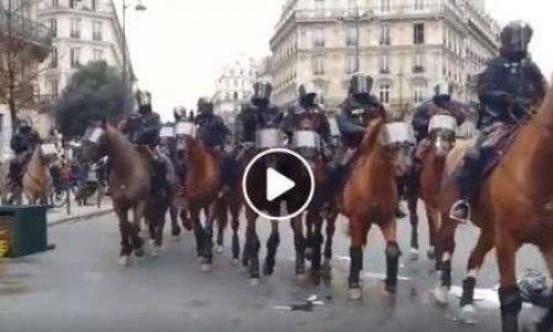 La police montée en plein Paris lors du mouvement des gilets jaunes sous un nuage de gaz lacrymogène