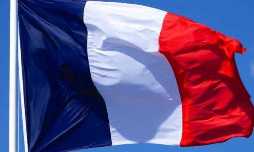 Non! Au drapeau étoilé européen au côté du drapeau tricolore dans les classes de nos enfants.