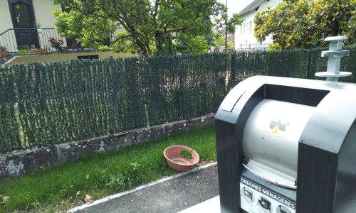 Halte aux nuisances des containers (dont 1 d'ordures ménagères) mis sous mes fenêtres alors que je suis la seule maison habitée sur une place municipale de 1400 m²
