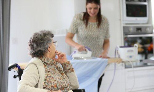 Non à la fin de l'exonération de charges sociales pour les personnes de plus de 70 ans qui ont une aide à domicile!