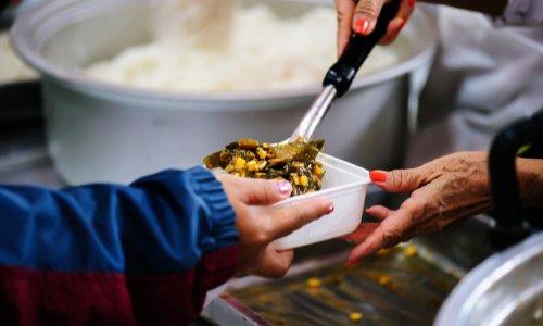 On préfère jeter de la nourriture plutôt que de la donner à ceux qui ont faim...