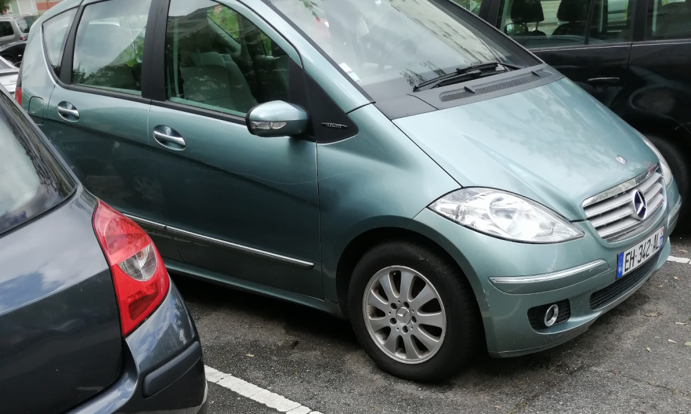 Le parking soit nettoyer des épaves de voiture