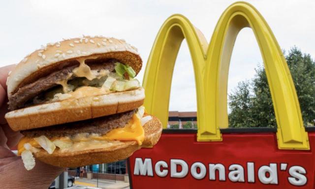 Des lingettes dans les McDos pour se débarrasser des miettes et du gras des nuggets sur nos mains