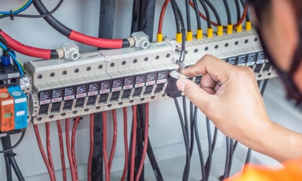 Trouver une solution aux pannes électriques répétitives